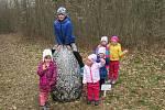 Hledači obřích kraslic Simon, Anička, Terezka, Dianka, Laura a Amanda z Hluboké přejí veselé Velikonoce.