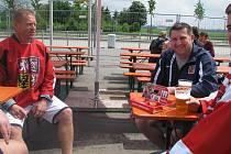 Jihočeši na mistrovství světa v hokeji v Německu. Vpravo masér Vlašic
