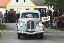 Organizátoři veteránské rallye Křivonoska vždy zavedou účastníky závodu někam jinam. Také proto nemohla v minulých ročnících chybět vesnice Holašovice, zapsaná v seznamu UNESCO, jak ukazuje náš snímek.