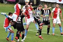 V minulém domácím zápase fotbalisté Dynama na Slavii nestačili (na snímku Patrik Čavoš v souboji se slávistou Tomášem Součkem), v nedělním utkání se Zlínem ale chtějí tři body.