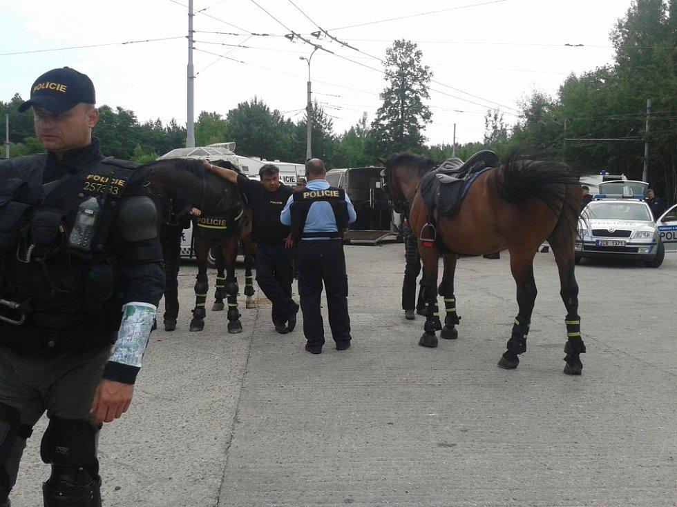 Na konečné MHD na Máji se k zásahu chystá i jízdní policie.