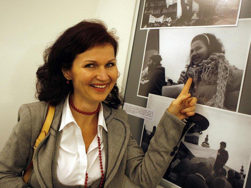Monika Němcová, studentská vůdkyně z Listopadu 1989, si v úterý ve výstavní síni budějovické radnice prohlédla fotky ze sametové revoluce.