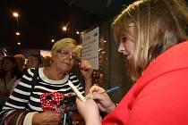 Na Kabelkovém veletrhu si mohli návštěvníci zakoupit za symbolické ceny kabelky, kravaty nebo šátky.