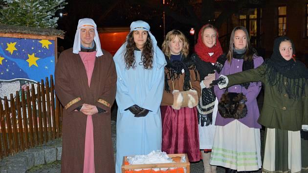Advent v Týně nad Vltavou zahájili v neděli tradičně zvonkovým průvodem. Jeho účastníci pak rozsvítili na náměstí Míru vánoční strom.