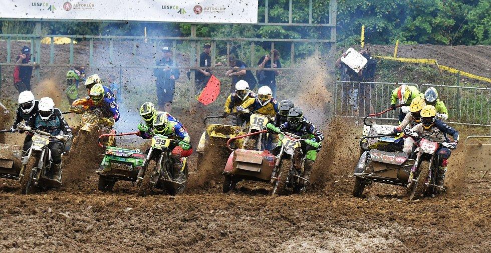 V Jiníně se uskutečnil úvodní závod mezinárodního mistrovství republiky v sajdkárkrosu a čtyřkolek.