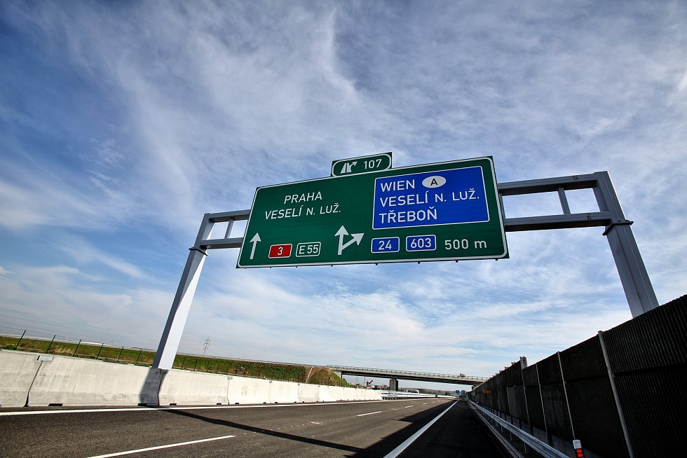 Ve čtvrtek zprovoznili dalších 5 km dálnice D3. Nový úsek vede mezi Veselí nad Lužnicí a Bošilcem.