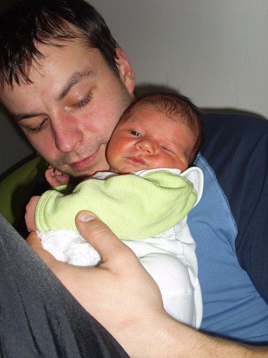 Ivetu Klorovou přivedla na svět 18.12.2011 v 9.43 h maminka Petra Jelínková. Holčička vážila po porodu 4,10 kg.Na snímku je s tatínkem Radkem Klorem.
