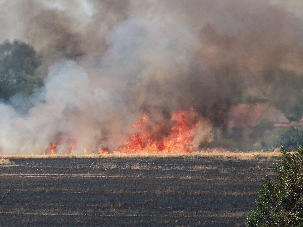 Asi půlldruhého milionu korun škody způsobily dva požáry obilí a slámy u obcí Radobytce a Lom, u Mirotic na Písecku. U obce Lom shořel i kombajn, zasahovalo zde sedm jednotek požárníků profesionálních a dobrovolných.
