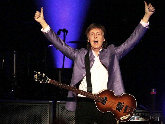 Přes 20písní Beatles zazpíval 16.června ve vyprodané pražské O2 areně Paul McCartney. Své více než dvouapůlhodinové vystoupení se snažil moderovat včeštině a během přídavku přímo na jevišti  oddal mladý pár zpublika. Dorazilo 17000lidí.
