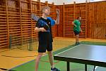 Hráči při sobotním turnaji ve stolním tenise.