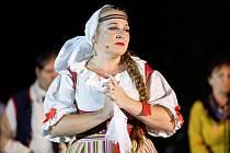 Operní soubor Jihočeského divadla zasadil Smetanovu operu po 45 letech opět do kulis holašovické návsi. Pod vedením režiséra Tomáše Ondřeje Pilaře hraje pod širým nebem více jak 150 umělců.