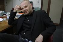 Kurátor Domu umění Michal Škoda (na snímku) stále marně čeká, zda bude v galerii působit i příští rok. Radní 18. dubna rozhodli, že výběrová řízení musí po formální stránce rozebrat právníci.