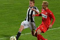 Michal Řezáč v zápase s Ústím bojuje s Novotným. Proti Ústí Dynamo propadlo, v pátek chcem doma s béčkem Olomouce vyhrát.