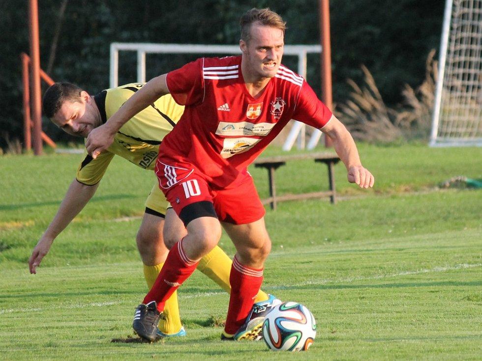 Týnský bek Pavel Vařil (u míče) duel ve Vodňanech nedohrál, viděl červenou kartu.