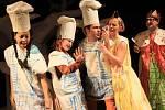 Premiéru pohádky Čarodějka Jennifer uvede v sobotu Loutkohra Jihočeského divadla v Malém divadle. V popředí na snímku Lenka Pokorná.