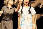 Premiéru pohádky Čarodějka Jennifer uvede v sobotu Loutkohra Jihočeského divadla v Malém divadle. Na snímku Lenka Pokorná a Budlana Baldanova.