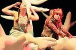 Premiéru pohádky Čarodějka Jennifer uvede v sobotu Loutkohra Jihočeského divadla v Malém divadle. Na snímku Lucie Škodová a Denisa Posekaná.