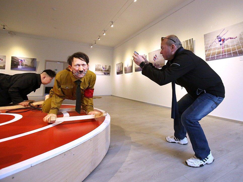 Hitler, Stalin, Mao Ce-tung a Kim Čong-un se jako sochy - některé s nahými zadnicemi - točí na kolotoči v Galerii Mariánská. Výstavou Odvrácená strana ráje tam provokuje Barbora Bálková.