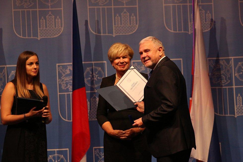 Paní hejtmanka Ivana Stráská vyznamenala Zlatou šupinou osobnosti Jihočeského kraje.