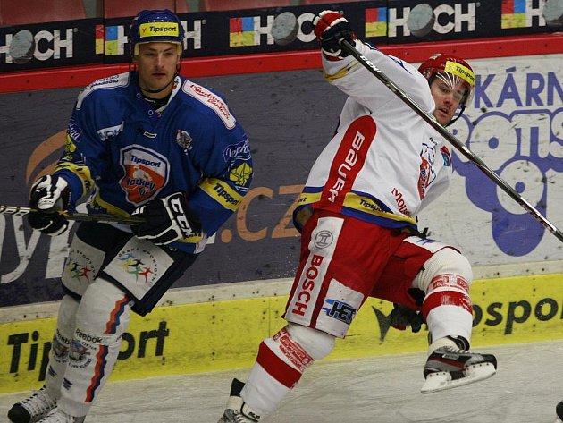 David Kuchejda (vpravo ještě v českobudějovickém dresu) v souboji se svým současným kladenským spoluhráčem Liborem Procházkou.