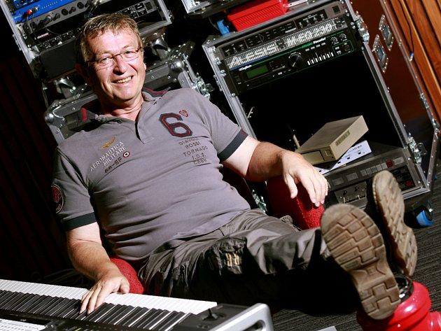 Známý podnikatel a muzikant Ladislav Faktor skládal půl roku hudbu ke komedii Tady hlídám já. Nyní relaxuje, o víkendu si užil třeba Jihočeský jazzový festival.