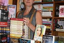 Monika Koubová má již téměř dvacet let knihkupectví v Českých Budějovicích. Za klíč k úspěchu považuje komunikaci se zákazníkem.