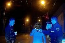 Strážníci zrovna provádí orientační dechovou zkoušku.