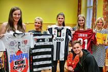 Na snímku připravují dražbu studenti (zleva) Kateřina Szabová, Magdalena Burdová, Anna Šmahlíková, Tereza Chasáková, třídní učitelka Radka Křížová a Petr Řehoř.