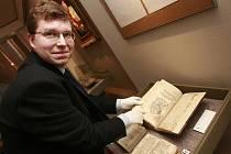 Jan Adámek, historik Prácheňského muzea v Písku, ukazuje jeden ze vzácných starých tisků, které instituci věnoval krátce před svou náhlou smrtí Antonín Stach. Jedná se o 30 svazků, které vznikly od 14. do 19. století. Nyní  je muzeum vystavuje.