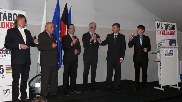 Tábor představil v Nizozemsku dějiště MS 2015, uprostřed si připíjejí šéf UCI Brian Cookson a předseda Českého svazu cyklistiky  Marián Stetina