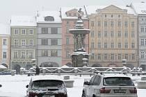 Sníh zasypal region. V noci jej napadlo několik centimetrů. Potíže způsobil nejen řidičům ale i chodcům.