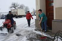 Úklid sněhu v Dubném, před restaurací Lorita Návarová.