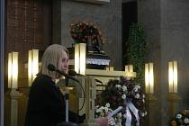 Olga Sommerová na pohřbu Dagmar Hochové.