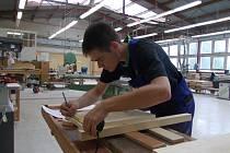 Výroba nočního stolku je pro Tomáše France jednou z posledních zkoušek před tím, než získá výuční list v oboru truhlář.