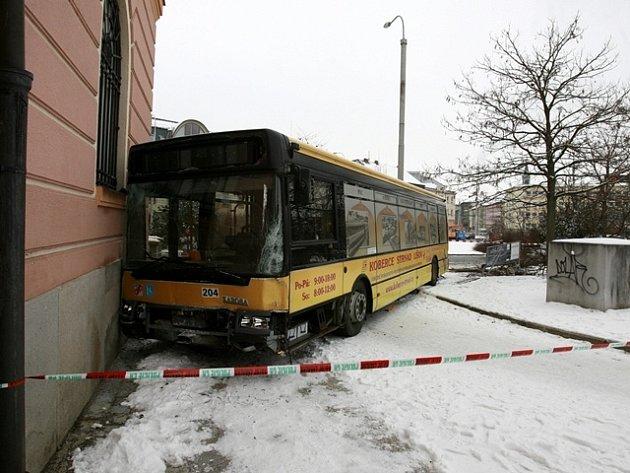 Březen. Autobus narazil do pošty na Senovážném náměstí.