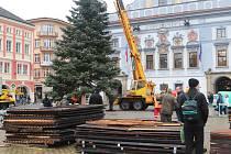 Vánoční strom pro České Budějovice již dorazil na náměstí.