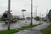 Silný déšť v sobotu odpoledne vytvořil na mnoha místech pro řidiče nebezpečné situace. Snímek z Pražské třídy v ČB.
