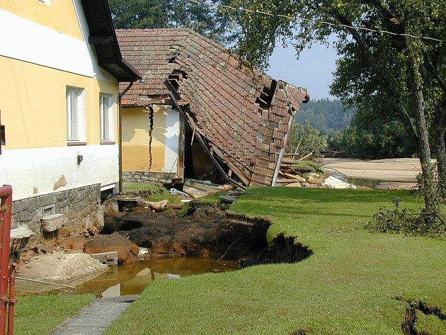 SRPEN 2002.Jeden ze tří domů, které vsrpnu 2002zničila velká voda vMajdaleně. Musel jít kzemi.
