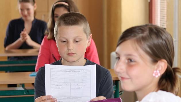 Pečlivé zkoumání vysvědčení je neodmyslitelným rituálem. I přesto, že děti většinou vědí, co na ně na listu papíru čeká.