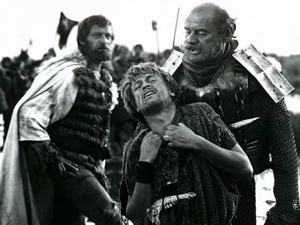 Adam Jednoručka (uprostřed) se vzpouzí hejtmanovi Pivo (Zdeněk Kryzánek). V pozadí herec Jan Pohan, jenž je spjatý se Šumavou.