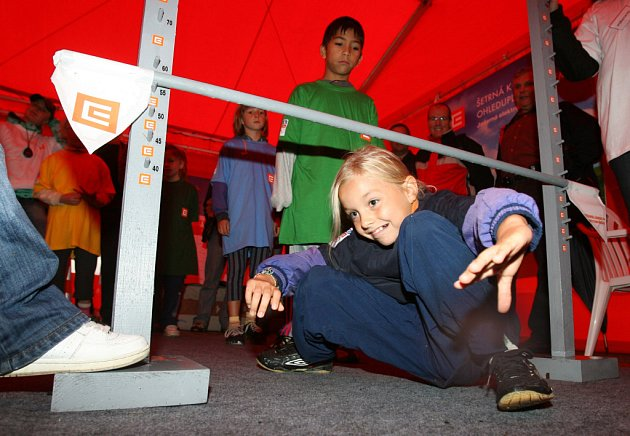 Podlézání jaderné tyče bylo jednou z disciplín Atomiády, sportovně zábavné akce, kterou včera pořádala elektrárna Temelín na budějovickém náměstí Přemysla Otakara II.