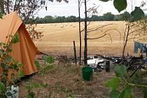 Stan, u kterého se v neděli prali bezdomovci, se nachází pár metrů od cyklostezky u Voříškova dvora.