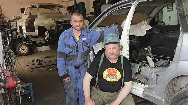 V dílně jsou jako doma. Jiří Šindelář se stejně jako jeho stejnojmenný syn vyučil autokarosářem. Společně teď pracují v dílně na dohled od českobudějovické Pražské třídy.