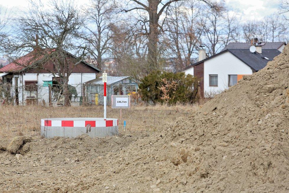 """Započata úprava terénu pro stavbu dalšího úseku dálnice.Karel Šmejkal """"Já tady už dlouho nebudu. Čekám,že tak za týden už budu muset pryč. Tady se to nikomu nelíbí, 8 let se to řešilo a dva roky teď už vím, že povede dálnice tudy. Nebydlím tu nastálo, o t"""