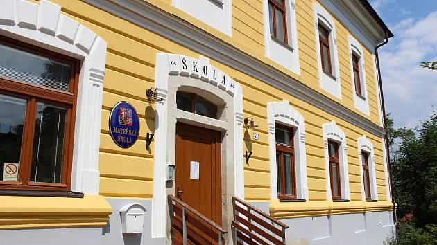 V Libníči nyní funguje mateřská škola. Místní by zde rádi měli i základní školu.