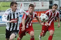 Rastislav Chmelo v zápase Dynama s Třincem (3:0) uniká hostujícímu Matouškovi.