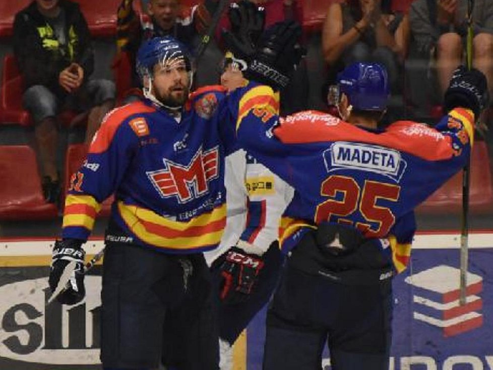 Peter Galamboš (vlevo) slaví gól s Vlastimilem Dostálkem.