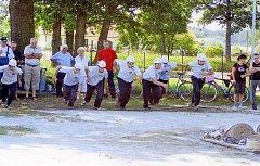 Plnou parou vpřed. Dobrovolníci ze Lhoty u Borovan vyhráli letos zahajovací soutěž svatého Floriána, která se konala v Českých Budějovicích. Na snímku z roku 2008 jsou na startu závodu v Petrovicích.