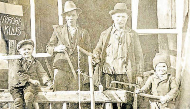 Kulisy. Rok 1932. Výroba kulis pro ochotnické divadlo. Tomáš Němec a Josef Nýdl s fajfkou a svými vnuky Fandou a Stáňou.