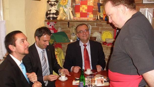 Václav Suchopár obsluhuje ministra financí, hejtmana i primátora.